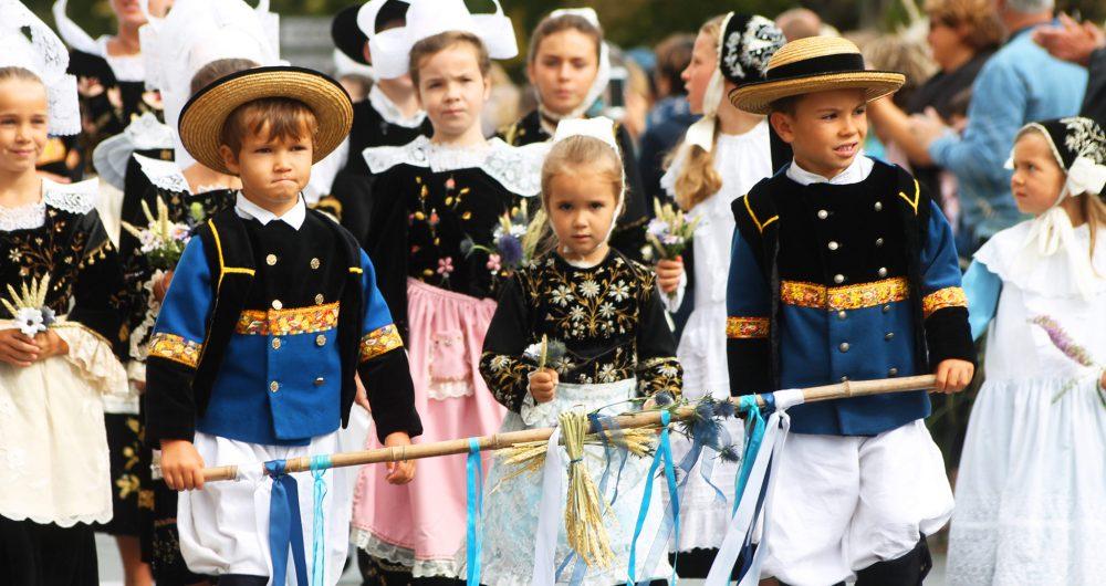 Enfants en costumes bretons